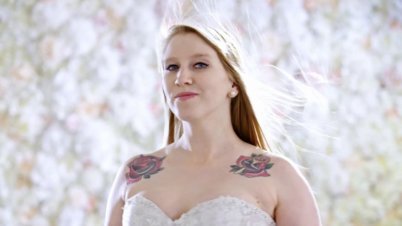 f761fd58a8 Takiej sukni ślubnej się nie spodziewała!  W czym do ślubu   - YouTube