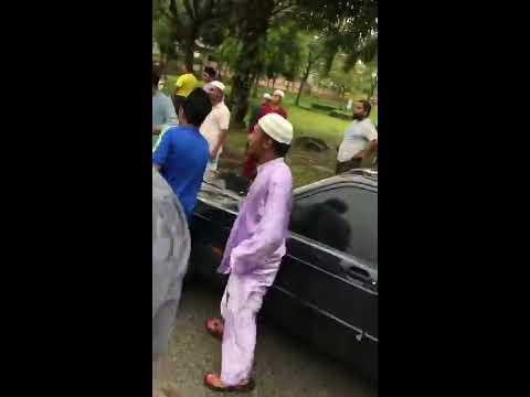 Cina hon kereta depan masjid waktu solat jumaat