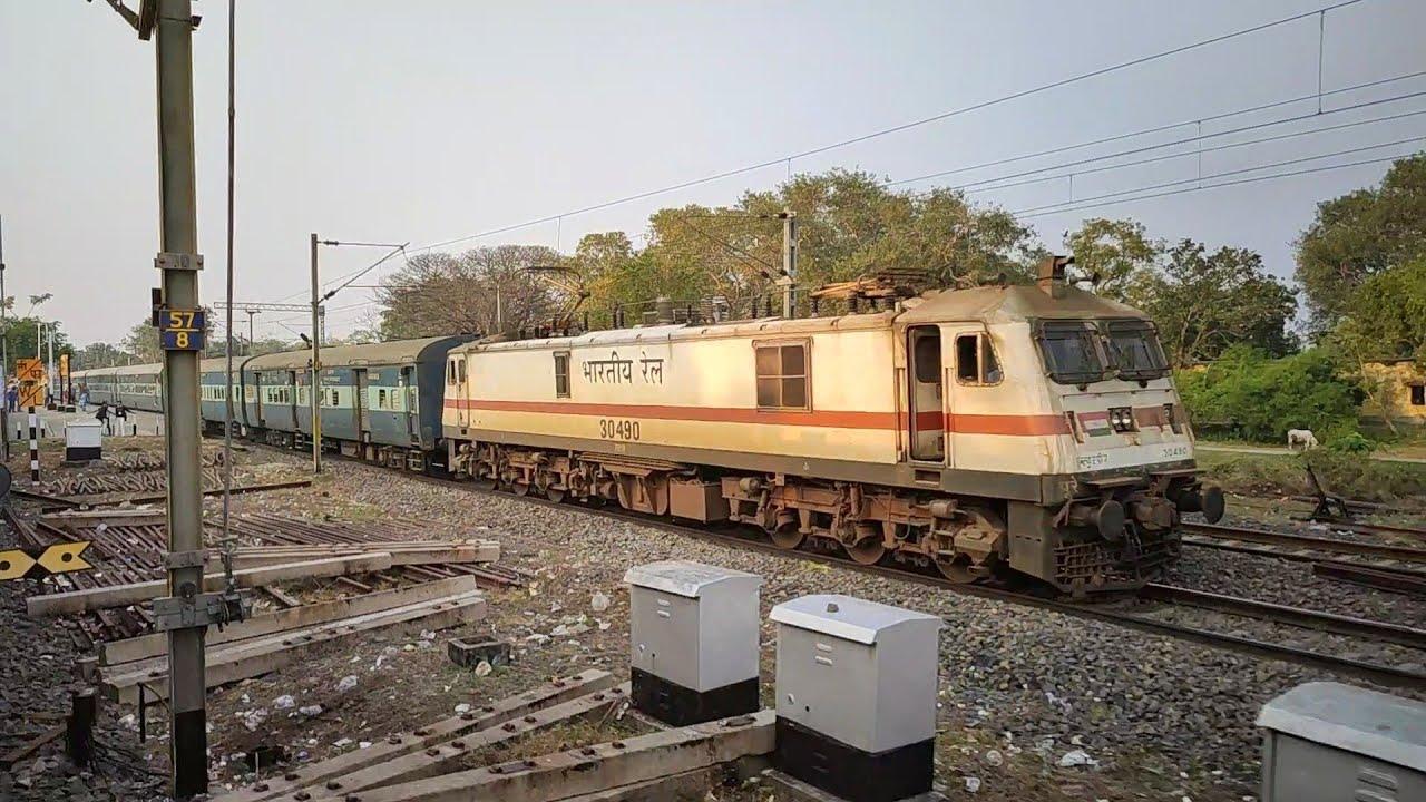 Cruising Neck to Neck Parallel | 14 hrs Late Jodhpur Superfast Vs Howrah bound EMU | 110 Vs 90 KMPH