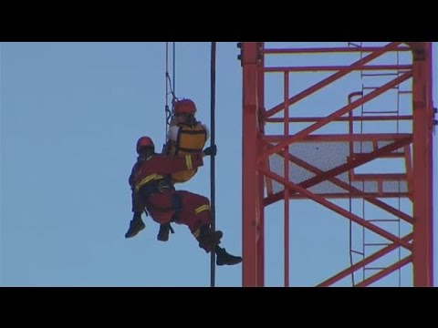 Calgary construction site closed down after man climbs crane