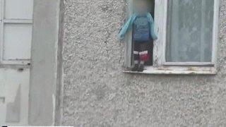 Челябинский малыш прогулялся по карнизу восьмого этажа