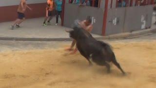 Cogida en Paiporta Toro Cerril cinco valientes evitaron que el toro se cebara con el aficionado