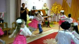 Очень задорный танец в детском саду.