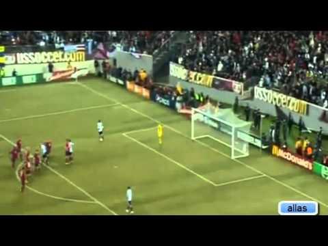 Messi đi bóng lắt léo qua nhiều cầu thủ Mỹ   EINFO