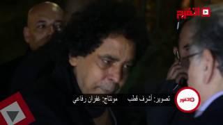 بالفيديو.. «الكينج» أول الحضور في عزاء محمود عبد العزيز