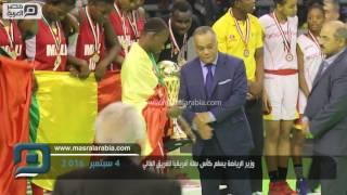 مصر العربية |  وزير الرياضة يسلم كأس سلة أفريقيا للفريق المالي