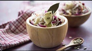 Салат из квашеной капусты с маринованными луком и брусникой