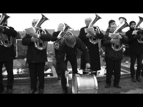 LANŽHOT- Z pohřbu kamaráda, muzikanta, zpěváka, LUDVÍKA PRAJKY:dechovka zahrála jeho oblíbené písně