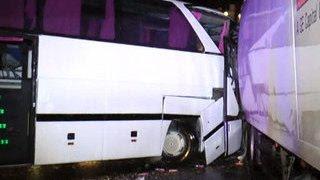 В Калужской области автобус столкнулся с фурой: один погибший, 10 пострадавших(Один человек погиб и еще 10 серьезно пострадали в результате столкновения автобуса с фурой в Калужской обла..., 2016-07-20T03:10:18.000Z)