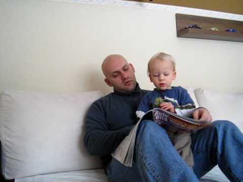 Niklas und Papa schaun Autozeitung an