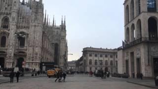 Milano, 04.01.16, musician in the Piazza del Duomo, Duomo di Milano