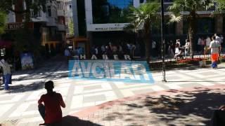 Avcılar Belediyesi önünde travesti çıplak eylem yaptı.