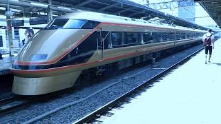 池袋に到着する東武鉄道100系電車、日光詣スペーシア