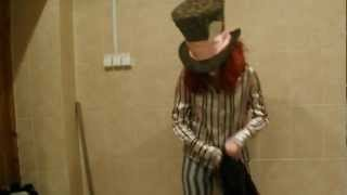 Шляпник танцует.
