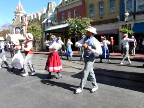 """I'm Walking Right Down The Middle of Main Street USA"" Magic Kingdom Performers - Disney World"