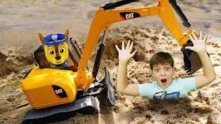 Видео про Щенячий Патруль и машинки - игрушки в песочнице строят гараж. Крепыша засыпало песком!