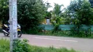 hahahha! bike stunt causes auto rickshaw crash! funny vid!