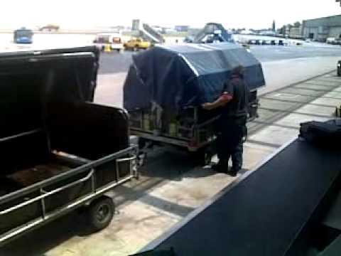 Luggage loading at Budapest airport / Csomagrakodás a Budapesti repülőtéren