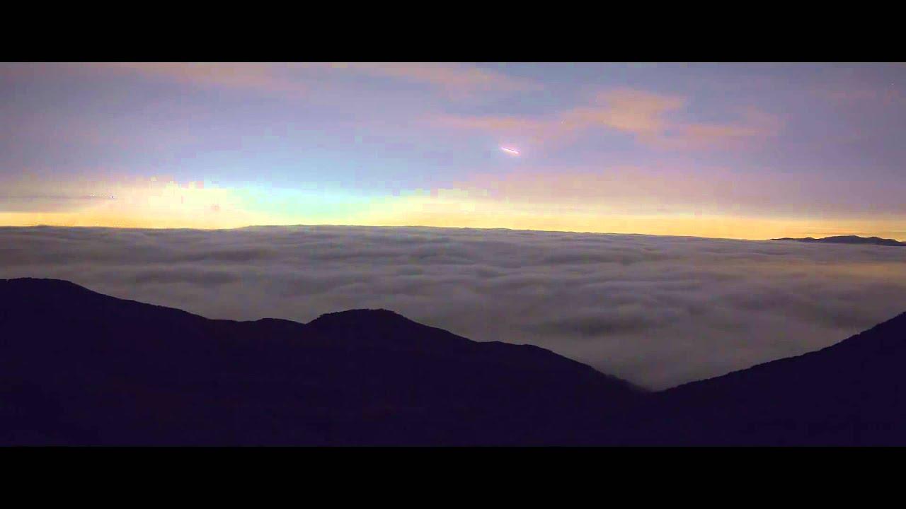 Nos vamos a Los Ángeles. Entre un día de lluvia y otro en esa ciudad pasa bastante tiempo, por lo que recopilarlos en un vídeo ha sido tarea de paciencia y mucho trabajo. Es un vídeo para verlo a pantalla completa, por supuesto, y para disfrutar de magníficas escenas del cielo en ese lugar. El autor de esta filmación es Collin Rich.