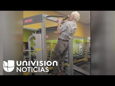 Hombre De 90 Años De Edad Muestra Su Fuerza Y Destreza Física En Un Gimnasio De Haines City, Florida