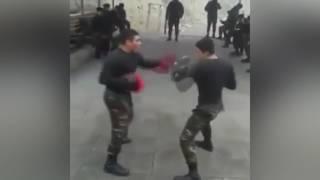 Азербайджанские солдаты боксируют.