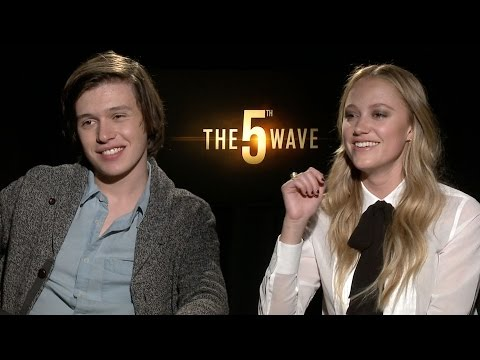 Nick Robinson & Maika Monroe Discuss Running from Explosions in 'The 5th Wave'