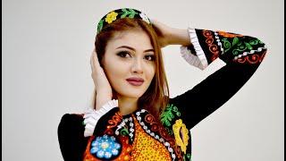 Модель показала современные таджикские наряды