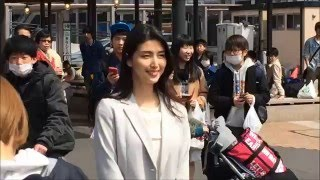 熱海駅前で撮影をする橋本マナミさんです。綺麗っ!の声が噴出していま...