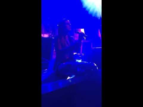 JoJo performing keep on keepin on acoustic in London