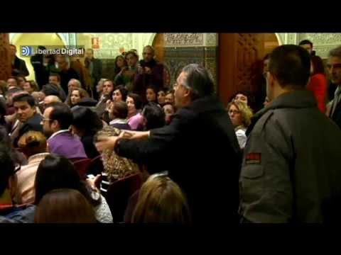 Un ciudadano abronca a Felipe González en la presentación de su libro