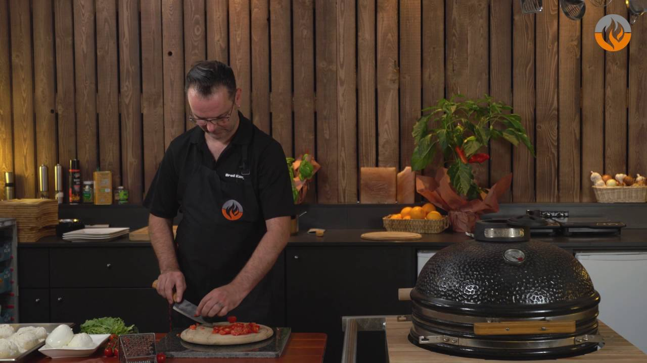 Enders Gasgrill Pizza : Flammkontor pizza im monolith grill youtube