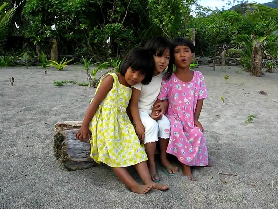 Philippinen - Kinder am Strand von Pagudpud - Haribo child