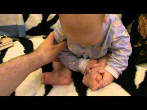 Малыш рассматривает свои ножки