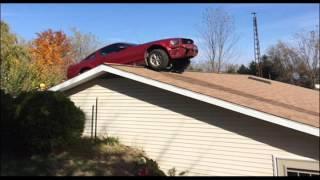 شاهد .. تسلُق سيارة على سطح منزل امرأة عجوز