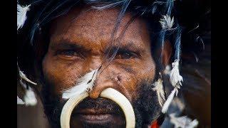 Im Kreis der Gesichter, Erstkontakt zu einem rituell kannibalischen Stamm der Yalis