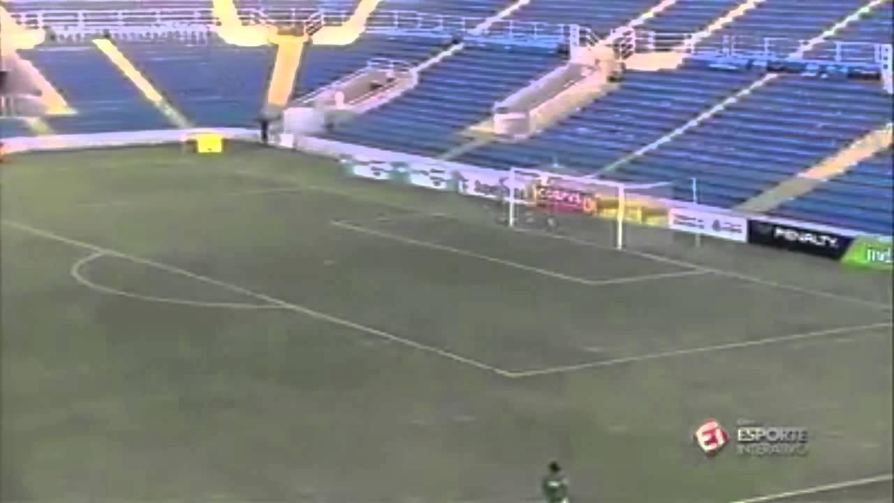 VIDEO – L'arbitro fischia, l'attaccante segna direttamente da centrocampo