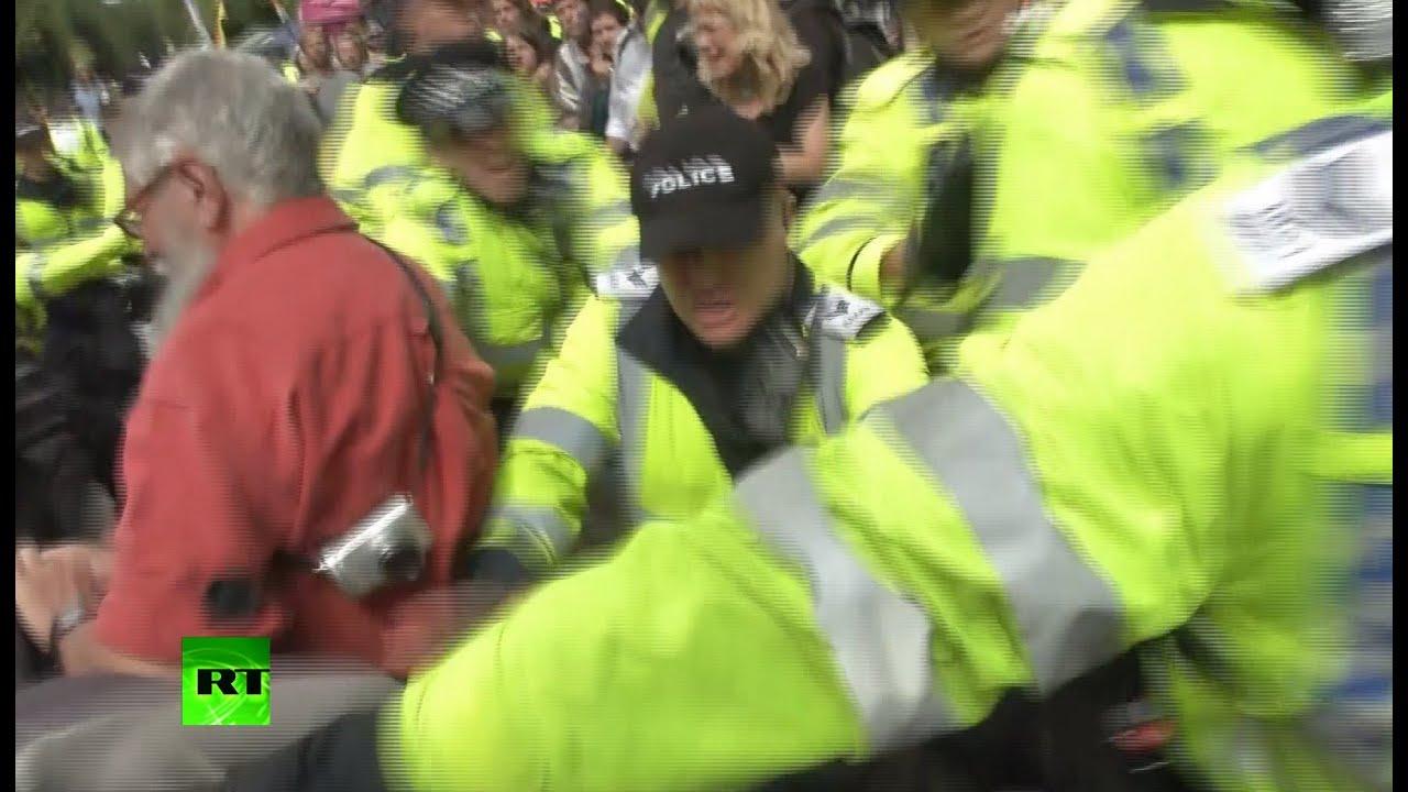 В Британии протесты против добычи газа переросли в столкновения с полицией