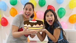 Mãe e filha são cozinheiras por um dia e preparam um bolo de aniversário!