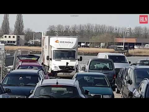 Aanslag voorkomen in Antwerpen - Dovo bomrobot haalt spullen uit auto