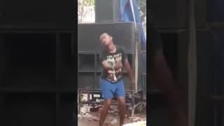 Lucu Parah : Orang gila joget bikin ngakakkk guling guling