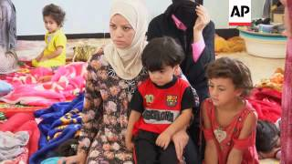 Syrian refugees cross border and enter Iraq