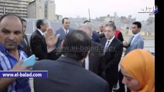 شاهد رد فعل وزير الاستثمار بعد همس 'الزند له في أذنه' داخل مقر وزارة الزراعة