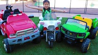 珍妮学习和玩各种汽车Jannie Play and Learn Vehicles
