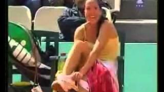 لاعبة تنس تنزع  الأندروير في الملعب