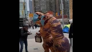 暖心邻居:加拿大母女扮作恐龙给路人发口罩