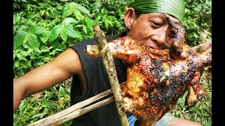 Memasak dan makan ayam bakar di hutan
