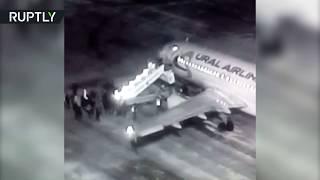 Видео падения пассажиров с трапа в Барнауле