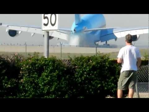 (Must See!) Korean Air A380-800 VERY HARD Landing LAX Airport