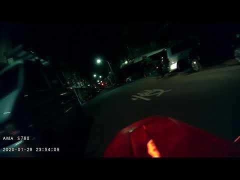 三寶 從暗黑巷子逆向衝出來的屁孩,沒戴安全帽,不開燈還一手在玩手機 後鏡頭