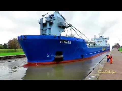 self discarging bulk carrier FITNES V2ER8 IMO 9490105 linesmen timelapse in Emden Sealock